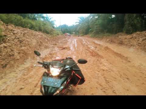 Perjuangan pak pos indonesia antar paket medan tanah merah