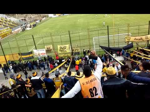 """""""En el barrio del oeste hay una banda"""" Barra: La Banda Monstruo • Club: Almirante Brown"""