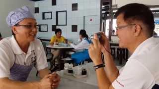 preview picture of video '笨珍美食_笨珍_云吞面_肉碎面_砂煲面_辉面之家创办人_陈俊辉_访谈_Tony Johor Kaki'