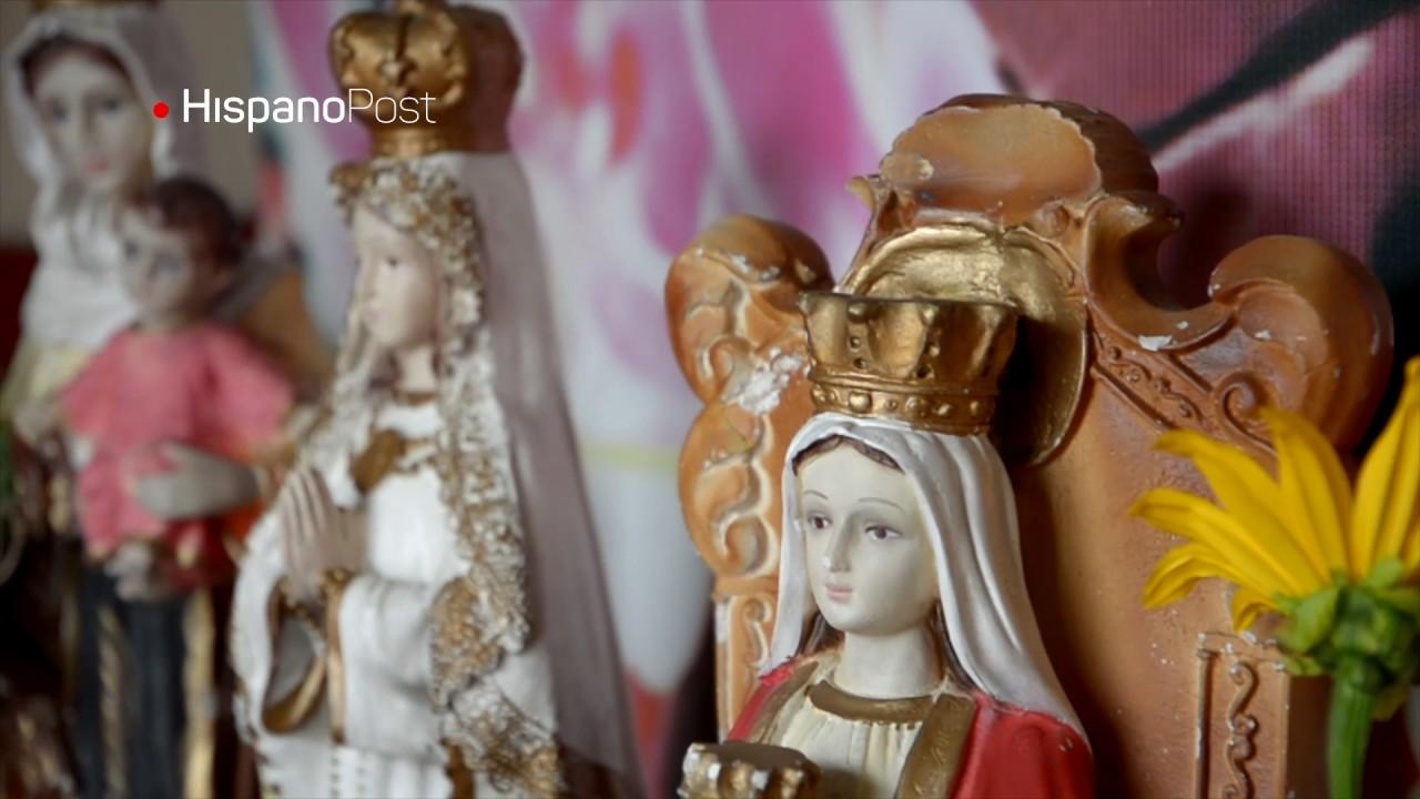 Mujer cuida capilla de Hugo Chávez y le ofrenda velas
