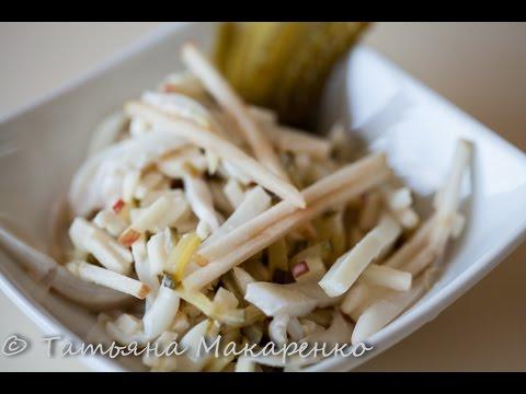 Салат из кальмаров с маринованными огурчиками и яблоком