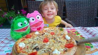 ВЛОГ Кушаем пиццу играем с Бажасиками Риша и МЕЧТАШКИ в кафе Оллио Пицца Обзор Инсталляция Малина