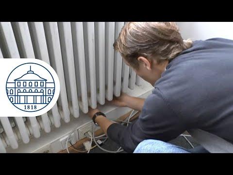 Energy Scouts montieren Wärmereflexionsfolien