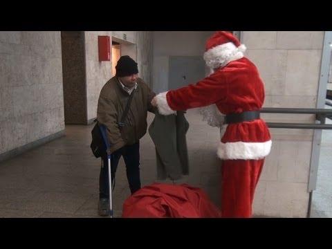 Papai Noel Solidário Dá Presentes a Necessitados!