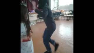Пацан танцует шафл