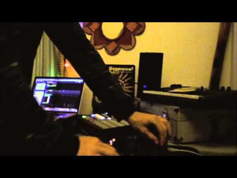 BEAT MAKING LIVE with MASCHINE and  TRAKTOR S4
