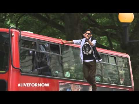 אמן אשליות בריטי מרחף ברחובות לונדון