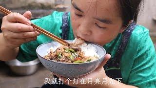 苗大姐搞只鸡来吃,半斤辣椒1棵花椒,鸡骨头都吃下去了