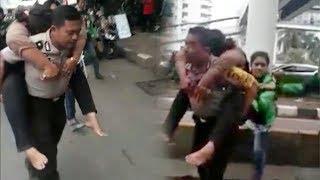 Video Viral Polisi Gendong Ibu-ibu Driver Ojol yang Pingsan saat Demo di Gedung DPR