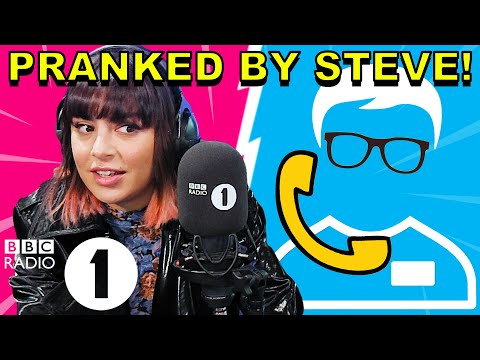"""""""You're really freaking me out!"""": Charli XCX PRANKED by Superfan Steve"""