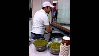 preview picture of video 'Ein arabisches Eis essen bedeutet immer nicht nur ein Gaumen- sondern auch ein Klangerlebnis...'