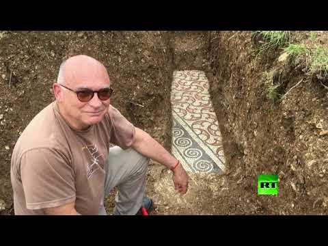 العرب اليوم - شاهد: علماء الآثار يعثرون على أرضية من