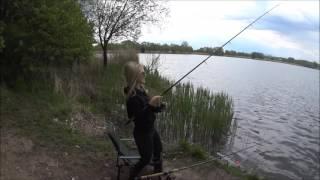 Na rybách s blondýnou