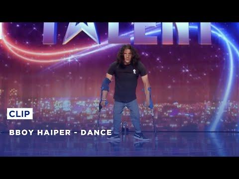 רקדן ברייקדאנס שסובל מנכות ברגליו במופע ריקוד מרהיב
