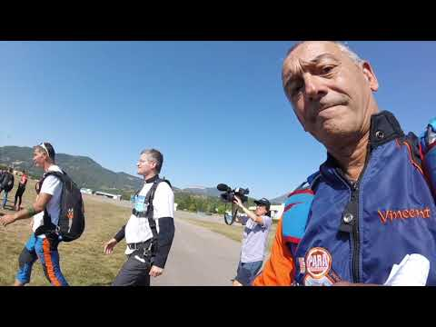 Premier saut en parachute en tandem de Mgr Xavier Malle