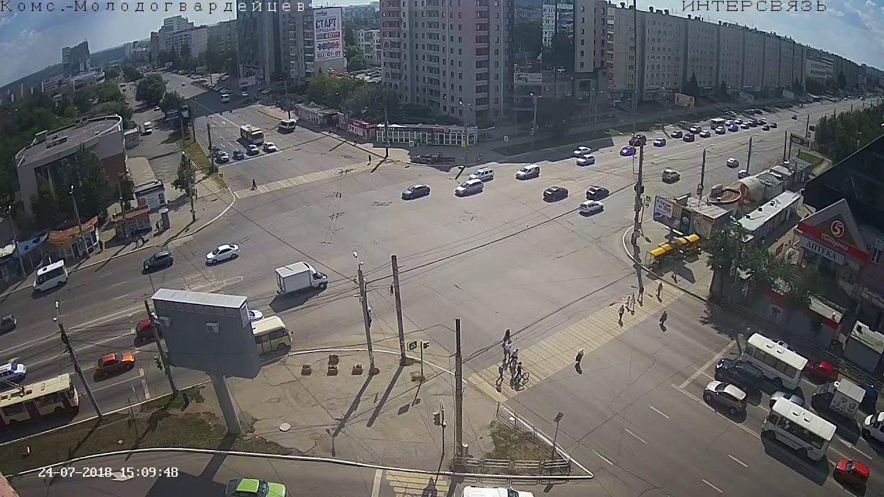 В Челябинске водитель ВАЗ 2105 поехал на красный, был подбит и перевернулся