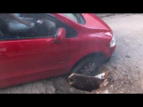 Avenida Fundibem, em Diadema, está tomada por buracos