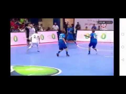 العرب اليوم - شاهد : لاعب عربي يهين أسطورة روما
