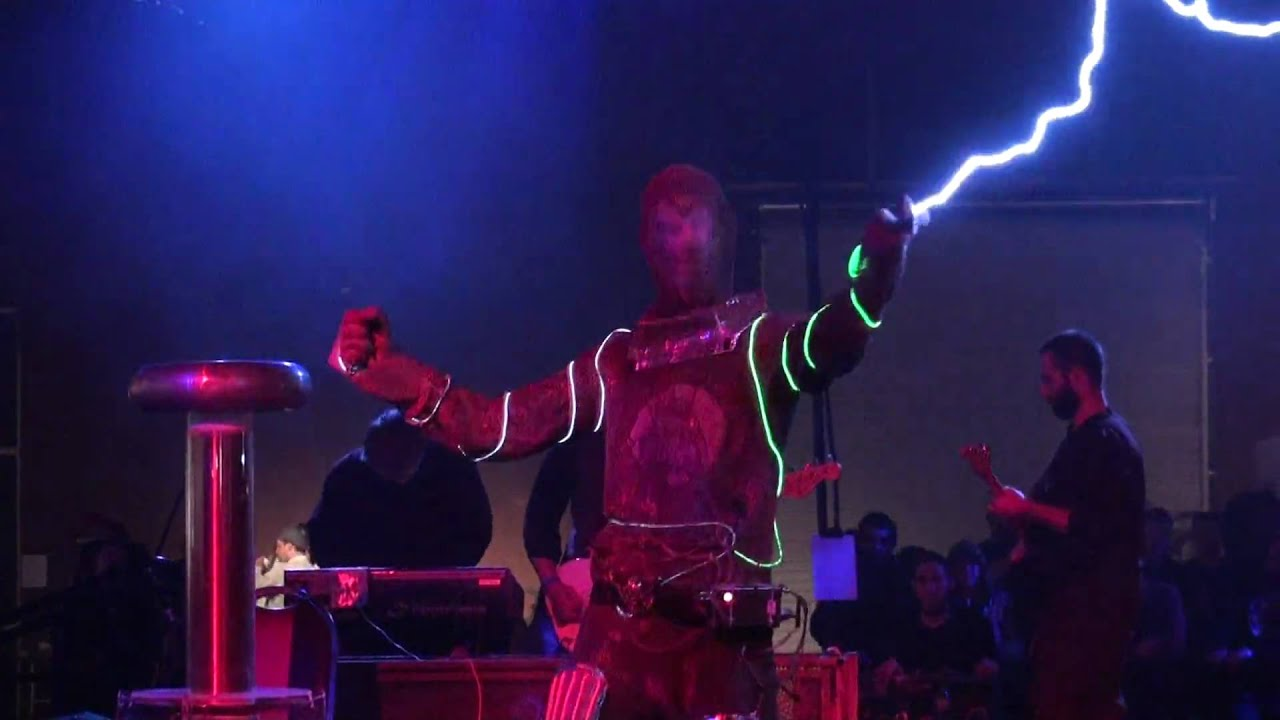 Playing The <em>Dr Who</em> Theme With Millions Of Volts Of Electricity