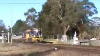 preview picture of video 'Pacific National sleeper train at Mittagong'