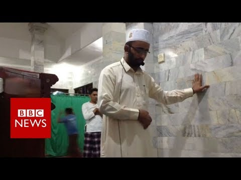 Indonesia Earthquake: Imam Prays On As Tremor Rocks Bali Mosque - BBC News