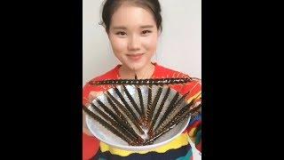 Смотреть онлайн Китаянка ест неприятных насекомых в жареном виде