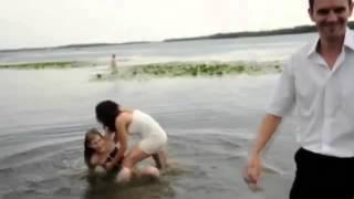 Пьяные девушки на свадьбе упали в реку