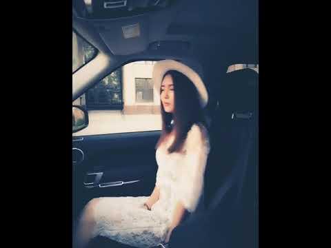 האישה הצעירה הזאת נכנסה לתוך מכונית והרשתה לעצמה להירגע קצת...
