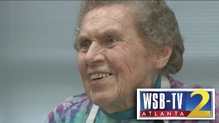 Elementary students celebrate beloved Gwinnett cafeteria worker's 95th birthday
