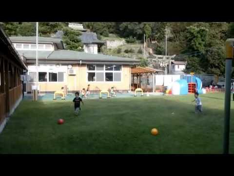 加津佐町若木保育園 芝生の園庭であそぶ子供たち