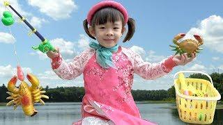 Bé đi câu cá và học một số loài côn trùng gần gũi ❤ AnAn ToysReview TV ❤