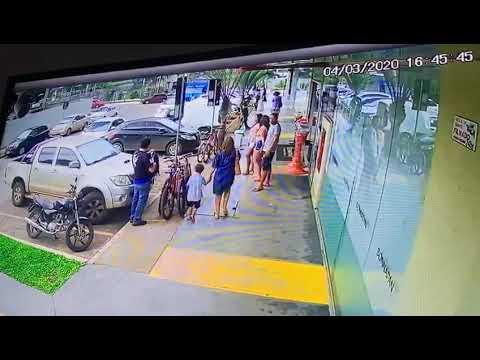 Grupo é filmado furtando três bicicletas