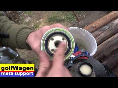 Der Rasenmäher die Benzinauftankung des Benzins