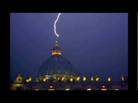 Il video del fulmine che colpisce San Pietro