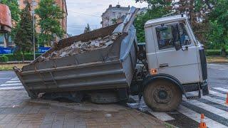 В Днепре под грузовиком с тротуарной плиткой провалился тротуар