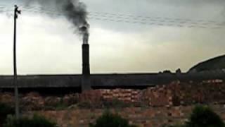 preview picture of video 'Contaminación atmosferica por elaboración de ladrillos cuenca Quebrada Chiguaza'