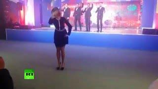 Мария Захарова станцевала калинку для журналистов