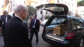 لحظة وصول جثمان المونسنيور اتشيفارّيا إلى الكنيسة الحبريّة