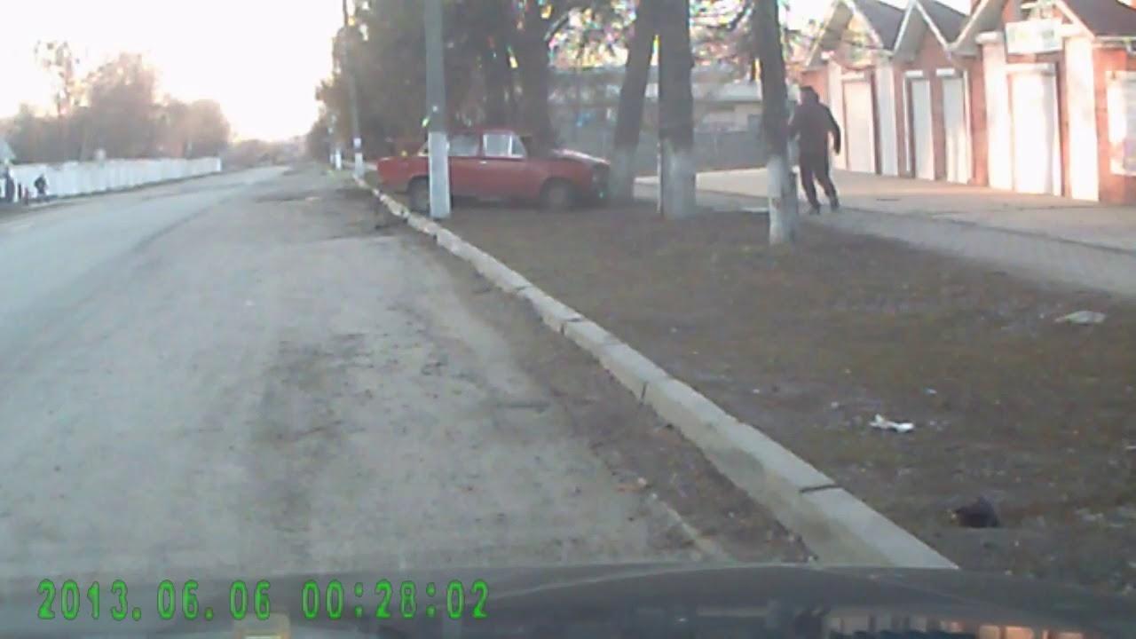 Влетел в яму на дороге, а затем в дерево водитель Жигулей в Винницкой области