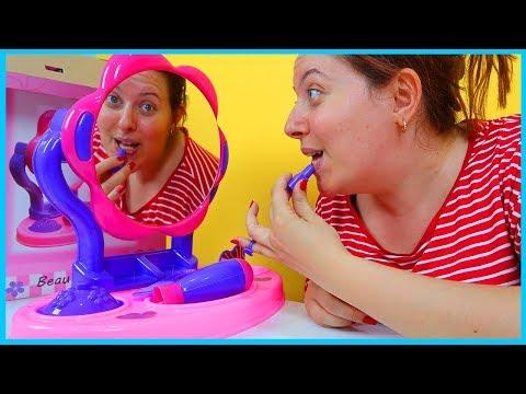Oyuncak Güzellik Seti Açtık, Aynası ve Fön Makinesi ile Harika | Kız Çocuk Videoları. letöltés