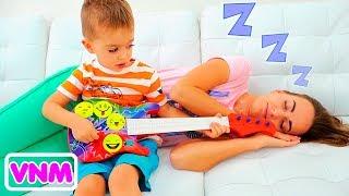 Vlad và Nikita chơi nhạc cụ và đánh thức mẹ
