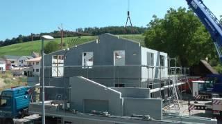 Montage eines individuell geplanten Hauses von FBW mit vorgefertigten Wandelementen aus Liapor. Innerhalb weniger Tage ist der Rohbau erstellt und der Ausbau kann beginnen.