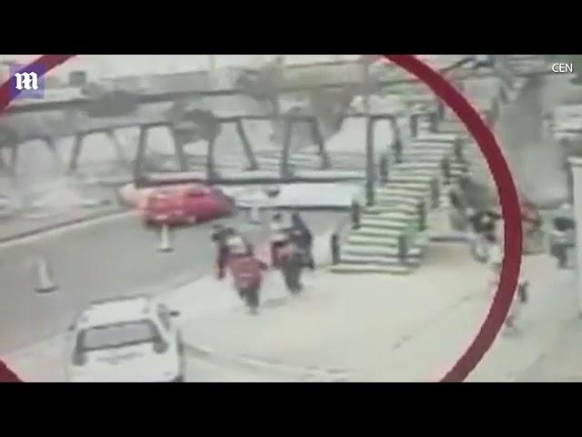 سائق شاحنة بحمولة زائدة يسقط جسر مشاة.. ونجاة العشرات في آخر لحظة