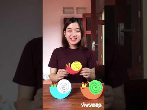 Giáo viên trường MN Xuân Phú dạy trẻ làm con ốc Sên tại nhà