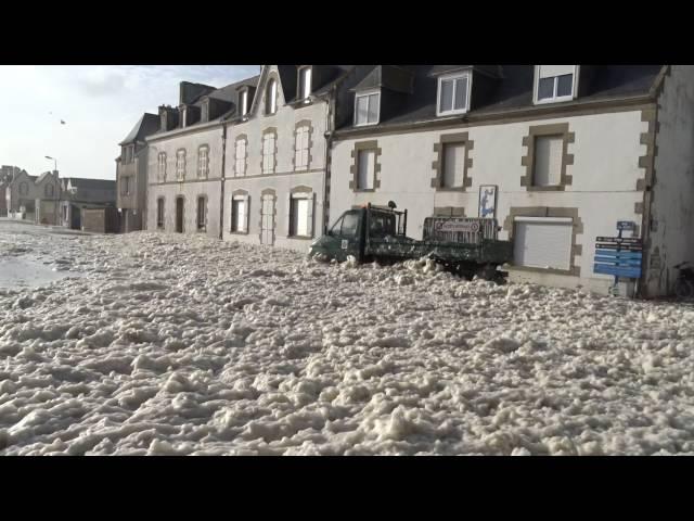 طوفان من زبد البحر يجتاح مدينة فرنسية