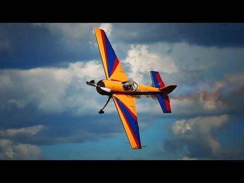 العرب اليوم - شاهد: رجال أعمال ومديرين ينفذون حركّات بهلوانية بالطائرات