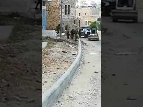 فيديو ..استشهاد شاب برصاص الاحتلال بزعم محاولته الدهس قرب الحرم الإبراهيمي بالخليل