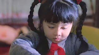 女孩放学回家,看到可怕一幕,为了保命她只好装作在写作业