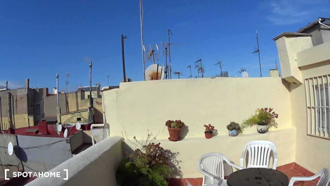 Spacious 2-bedroom apartment with huge terrace for rent in Barri Gòtic