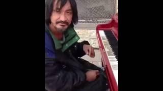 Бездомный красиво играет на пианино